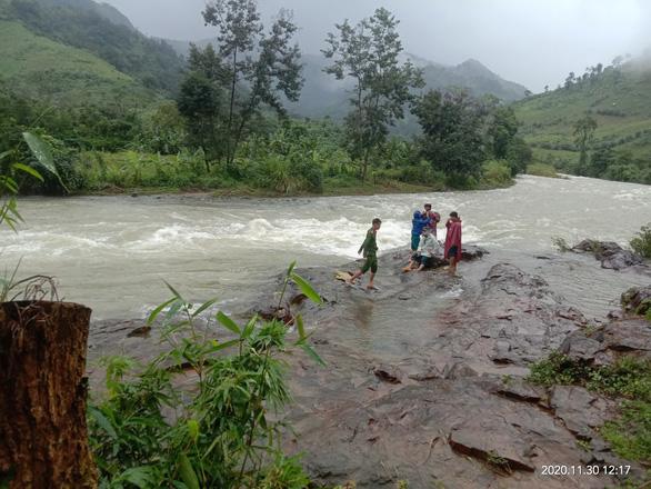 Vẫn chưa tiếp cận được hai đoàn du khách mắc kẹt trên núi Tà Giang - Ảnh 1.