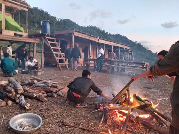 Vẫn chưa tiếp cận được hai đoàn du khách mắc kẹt trên núi Tà Giang - Ảnh 2.