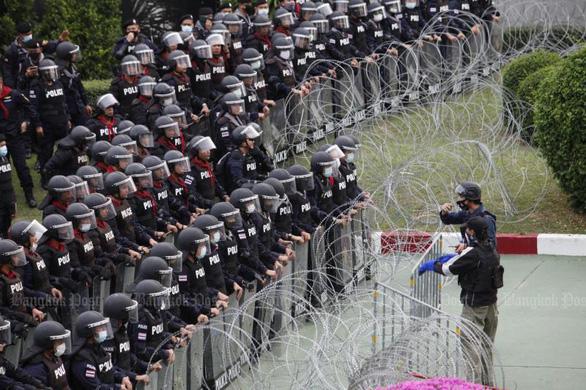 Hàng ngàn người Thái biểu tình ôn hòa trước biểu tượng của hoàng gia - Ảnh 2.