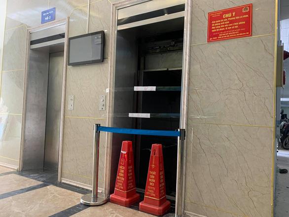 Thang máy rơi tự do từ tầng 5 chung cư ở Hà Nội, 2 người nhập viện - Ảnh 1.