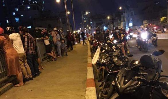 Người nhái cả đêm lặn tìm hai vụ nhảy cầu xuống sông Sài Gòn - Ảnh 1.