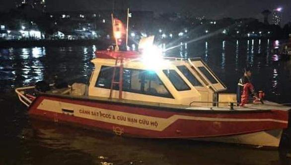 Người nhái cả đêm lặn tìm hai vụ nhảy cầu xuống sông Sài Gòn - Ảnh 2.