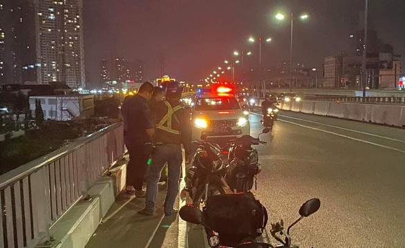 Người nhái cả đêm lặn tìm hai vụ nhảy cầu xuống sông Sài Gòn - Ảnh 3.