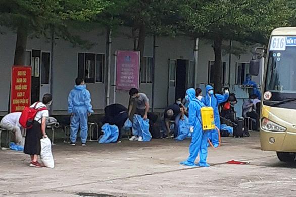 Cách ly y tế có thu phí gần 300 người Việt từ Pháp về nước - Ảnh 1.