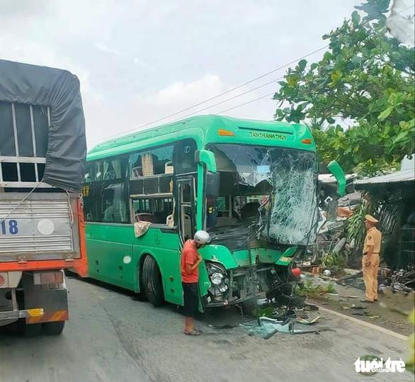 Xe khách va chạm xe bồn rồi lao vào nhà dân, 6 người bị thương - Ảnh 1.