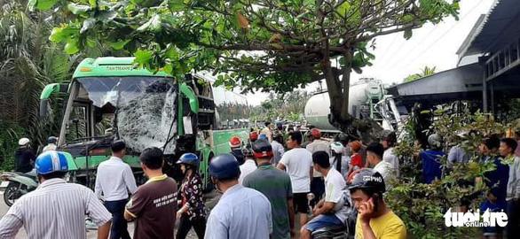 Xe khách va chạm xe bồn rồi lao vào nhà dân, 6 người bị thương - Ảnh 2.