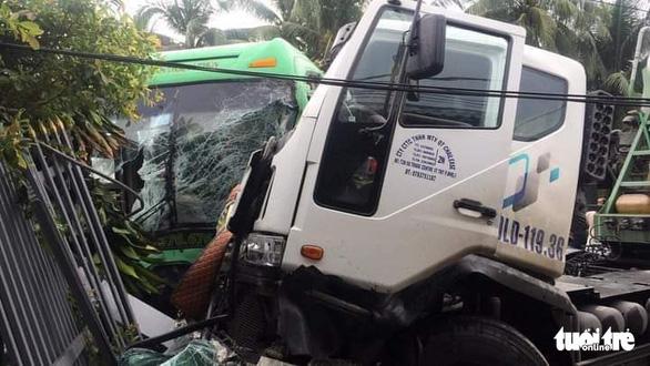 Xe khách va chạm xe bồn rồi lao vào nhà dân, 6 người bị thương - Ảnh 3.