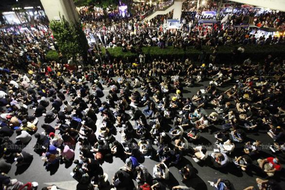 Hàng ngàn người Thái biểu tình ôn hòa trước biểu tượng của hoàng gia - Ảnh 1.