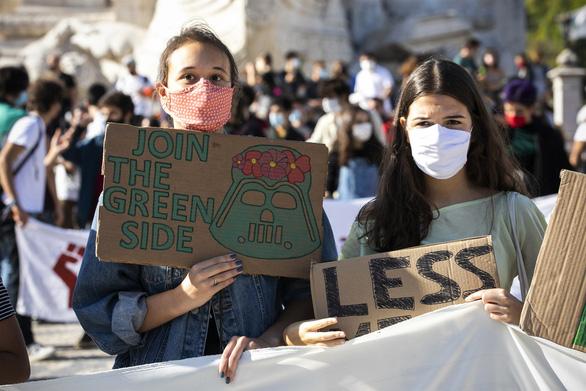 6 thanh thiếu niên kiện 33 nước châu Âu về biến đổi khí hậu - Ảnh 1.