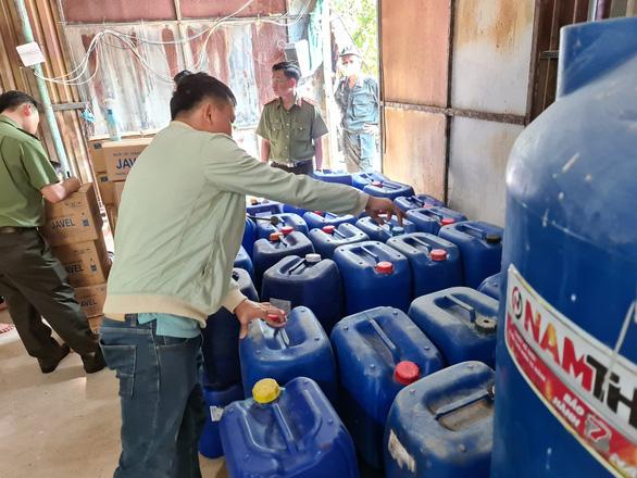 Công an Bình Dương triệt phá cơ sở làm giả nước tẩy rửa quy mô lớn - Ảnh 3.