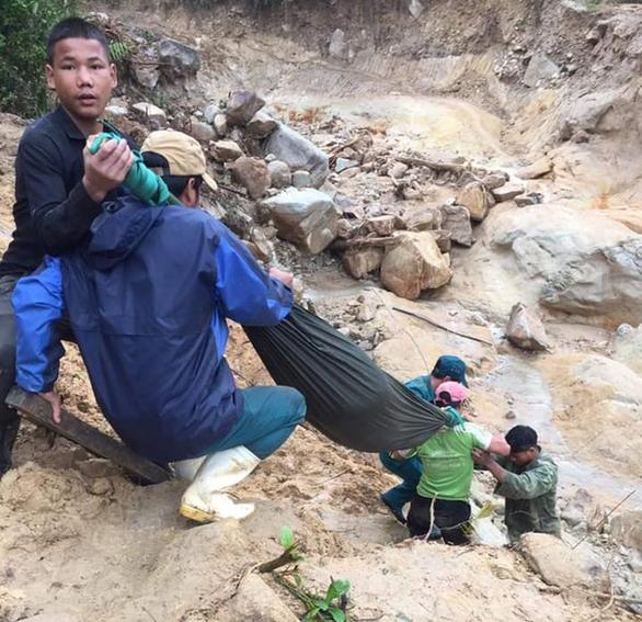 Chồng đi giúp dân khắc phục bão lũ, vợ sẩy thai khi băng rừng cõng hàng cứu trợ - Ảnh 1.