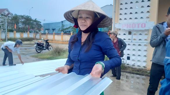 Được tặng tôn lợp lại nhà sau bão, người dân Quảng Nam mừng rơi nước mắt - Ảnh 1.