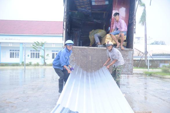 Được tặng tôn lợp lại nhà sau bão, người dân Quảng Nam mừng rơi nước mắt - Ảnh 3.