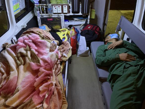 Đưa 2 bệnh nhân nguy kịch từ đảo Cù Lao Chàm về đất liền - Ảnh 1.