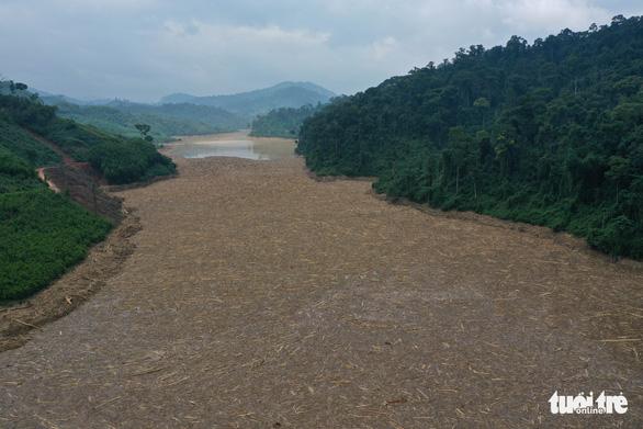 Hàng ngàn mét khối gỗ trôi lấp kín mặt nước hồ thủy điện Đăk Mi 4 sau lũ - Ảnh 2.