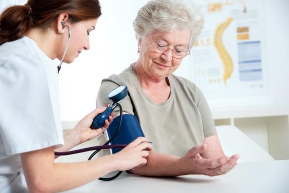 Bệnh mạn tính thường gặp ở người cao tuổi và cách phòng ngừa - Ảnh 1.