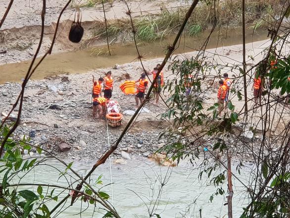 Tiếp tục tìm kiếm 13 nạn nhân mất tích ở Trà Leng - Ảnh 1.