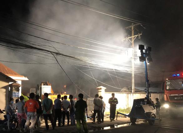 Nhà máy cháy mù mịt trong đêm, cả phố mất điện nhiều giờ - Ảnh 1.