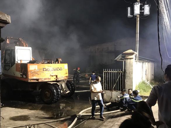 Nhà máy cháy mù mịt trong đêm, cả phố mất điện nhiều giờ - Ảnh 2.