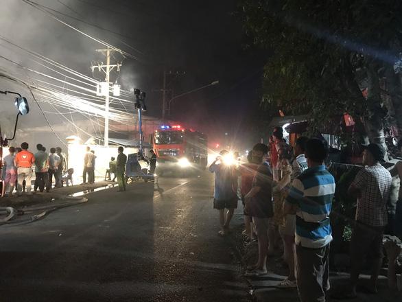 Nhà máy cháy mù mịt trong đêm, cả phố mất điện nhiều giờ - Ảnh 3.
