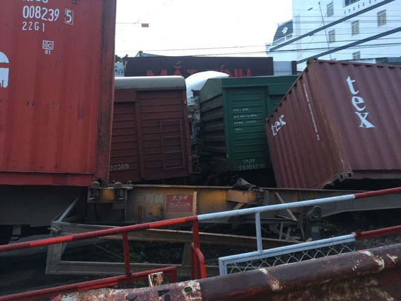Chắn chưa đóng, tàu lửa tông đứt xe container tại Bình Dương - Ảnh 2.