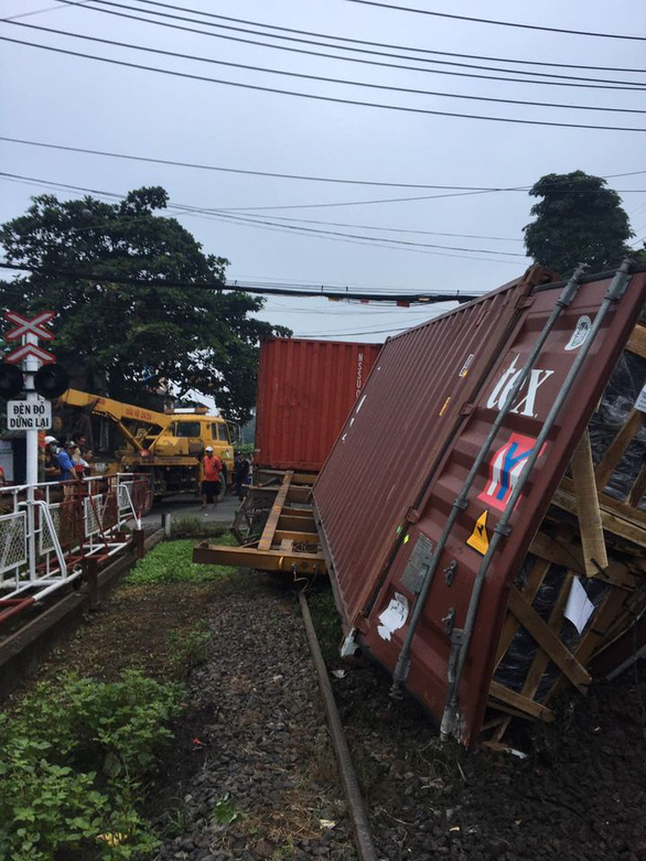 Chắn chưa đóng, tàu lửa tông đứt xe container tại Bình Dương - Ảnh 3.