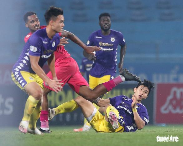Văn Hậu và Tấn Trường cùng mắc lỗi dẫn đến bàn thua của Hà Nội FC - Ảnh 4.
