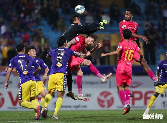 Văn Hậu và Tấn Trường cùng mắc lỗi dẫn đến bàn thua của Hà Nội FC - Ảnh 3.