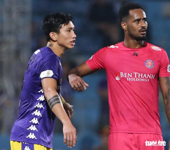 Văn Hậu và Tấn Trường cùng mắc lỗi dẫn đến bàn thua của Hà Nội FC - Ảnh 1.