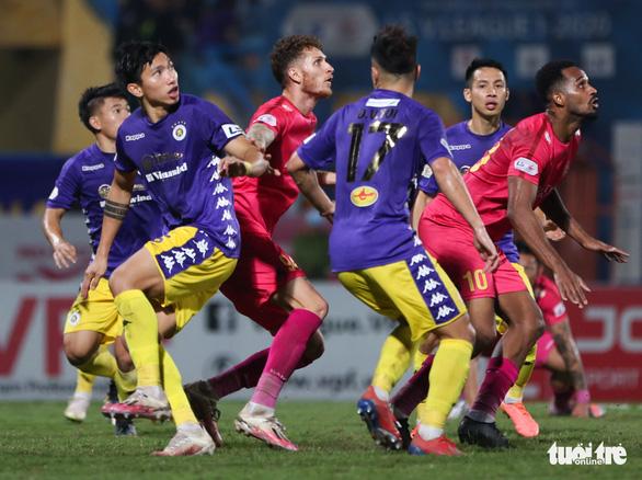 Văn Hậu và Tấn Trường cùng mắc lỗi dẫn đến bàn thua của Hà Nội FC - Ảnh 2.