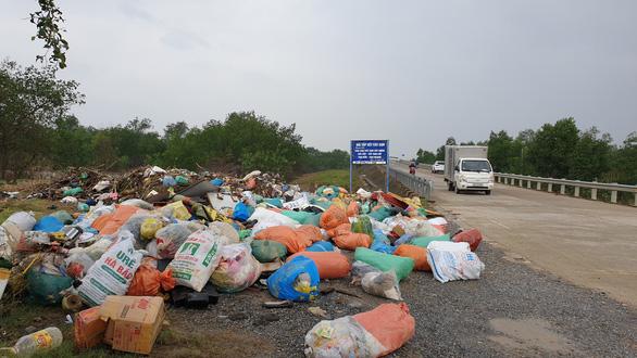 Thu mua rác để… dọn rác cho vùng lũ - Ảnh 3.