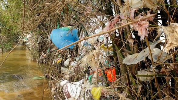 Thu mua rác để… dọn rác cho vùng lũ - Ảnh 2.