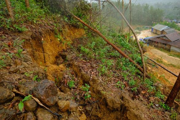 Hàng ngàn khối đất đá đổ sập, cả làng bỏ chạy trong đêm - Ảnh 5.