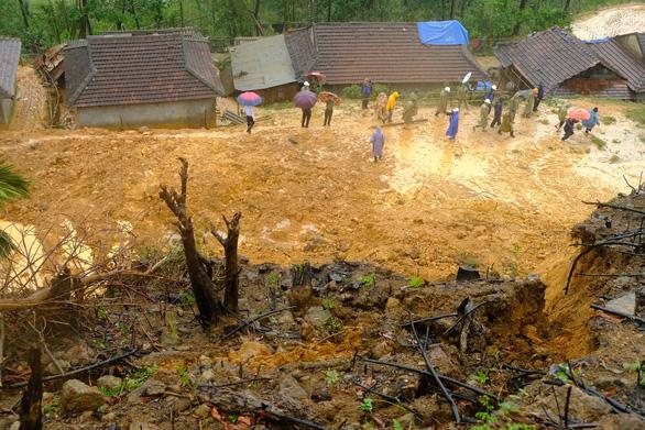 Hàng ngàn khối đất đá đổ sập, cả làng bỏ chạy trong đêm - Ảnh 6.