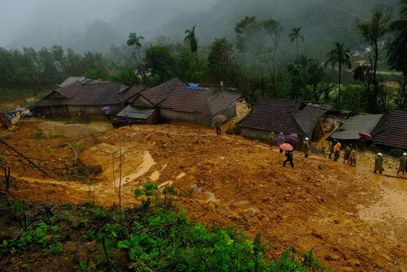 Hàng ngàn khối đất đá đổ sập, cả làng bỏ chạy trong đêm - Ảnh 1.