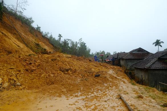 Hàng ngàn khối đất đá đổ sập, cả làng bỏ chạy trong đêm - Ảnh 3.