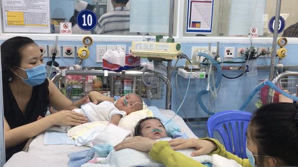 Trẻ mắc hô hấp tăng vọt do virus hợp bào - Ảnh 1.