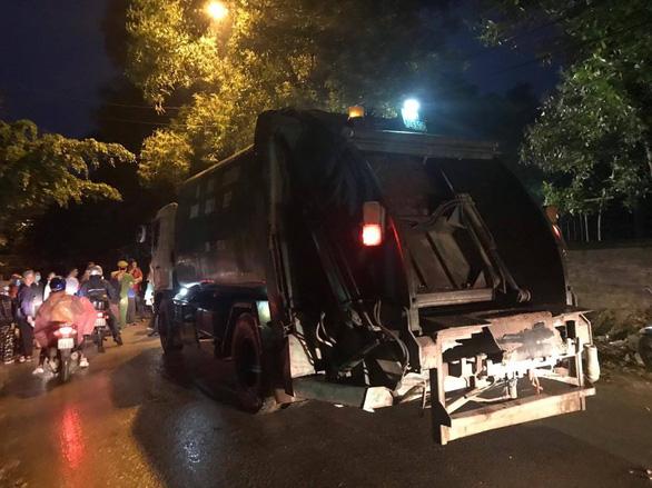 Dân bức xúc ô nhiễm, Hà Nội kiểm tra, giám sát toàn bộ xe chở rác - Ảnh 1.