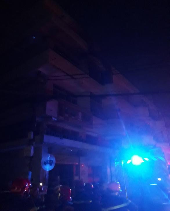 Cứu 6 người cùng nhiều tài sản trong đám cháy lúc rạng sáng - Ảnh 1.