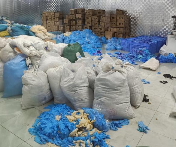 9,5 tấn găng tay y tế nhăn nhúm, bẩn thỉu trong kho hàng một công ty - Ảnh 2.