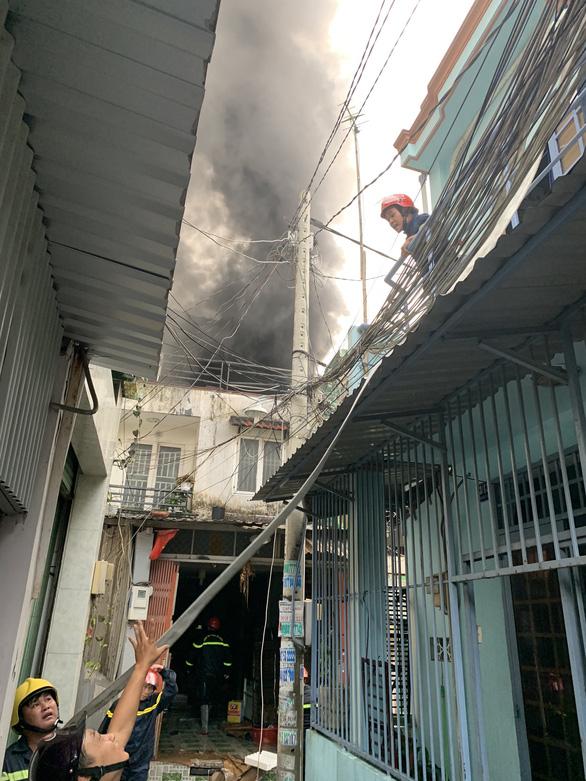 Cháy nhà trong hẻm ở quận 6, nhiều người chạy thục mạng - Ảnh 2.
