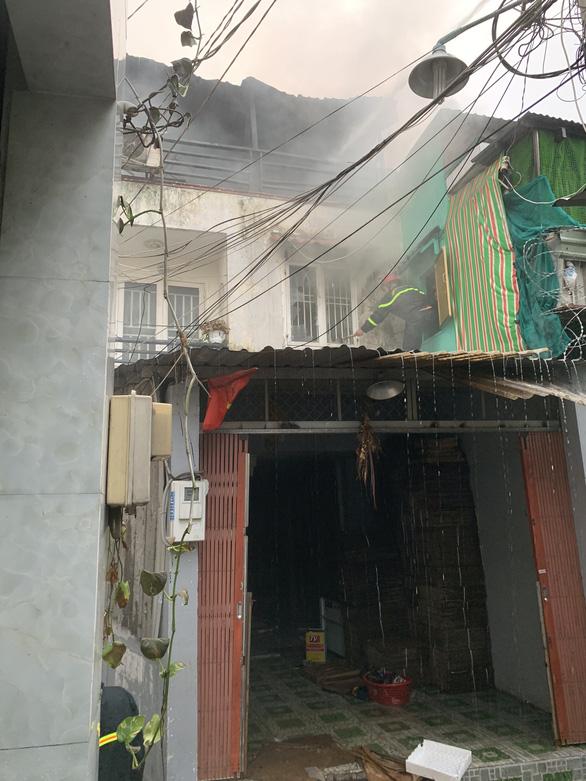 Cháy nhà trong hẻm ở quận 6, nhiều người chạy thục mạng - Ảnh 3.