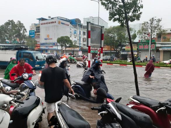 Vũng Tàu đảo lộn vì cơn mưa lớn vào sáng sớm - Ảnh 2.