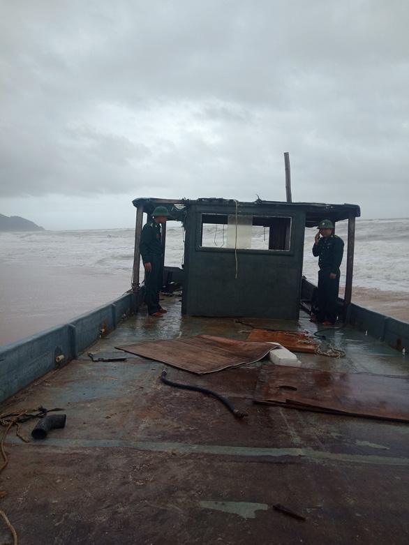 Lại phát hiện thuyền lạ không người dạt vào bờ biển Thừa Thiên Huế - Ảnh 1.