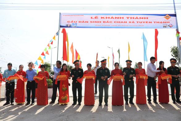 Nghĩa tình người lính với bà con vùng biên giới tỉnh Long An - Ảnh 2.