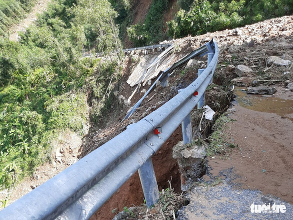 Sạt lở liên tục cày phá, chia cắt nhiều tuyến đường miền núi Quảng Ngãi - Ảnh 3.