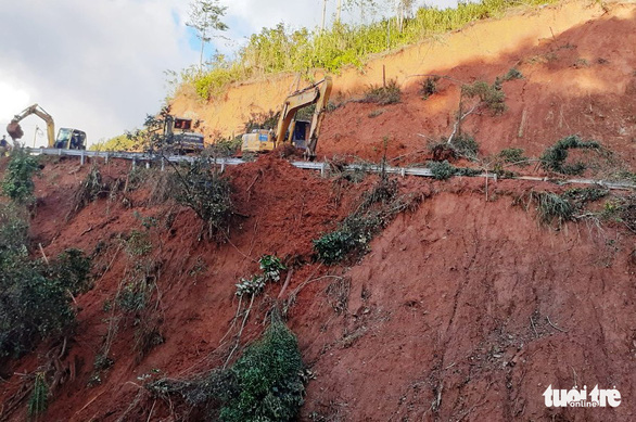 Sạt lở liên tục cày phá, chia cắt nhiều tuyến đường miền núi Quảng Ngãi - Ảnh 2.