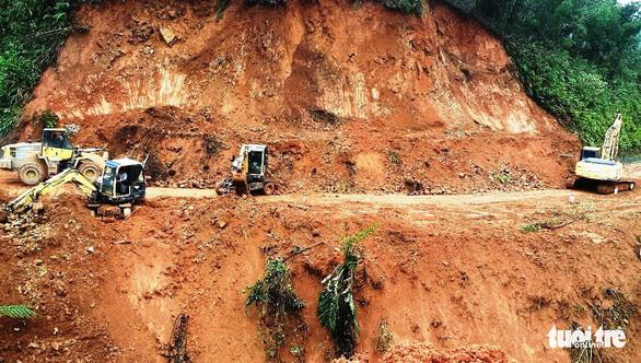 Sạt lở liên tục cày phá, chia cắt nhiều tuyến đường miền núi Quảng Ngãi - Ảnh 1.