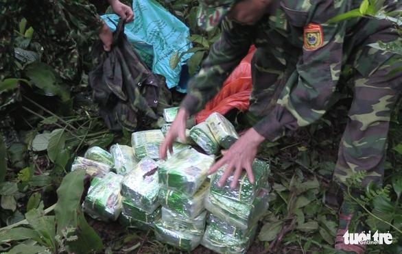 Truy bắt nhóm nghi phạm vứt 100kg ma túy đá ở biên giới - Ảnh 1.
