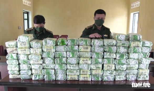 Truy bắt nhóm nghi phạm vứt 100kg ma túy đá ở biên giới - Ảnh 2.